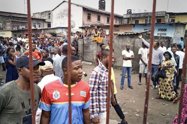 Mielenosoittajat yrittivät lähteä pakopaikastaan kirkosta väkivaltaisten protestien aikana tammikuussa Kinshasassa.