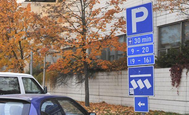 Onnettomuus tapahtui kerrostalon parkkipaikalla Espoon Kauklahdessa. (Kuvan paikka ja autot eivät liity tapahtumaan.)