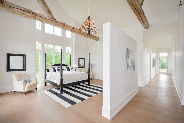 Pylvässänky henkii romanttista tunnelmaa makuuhuoneessa.