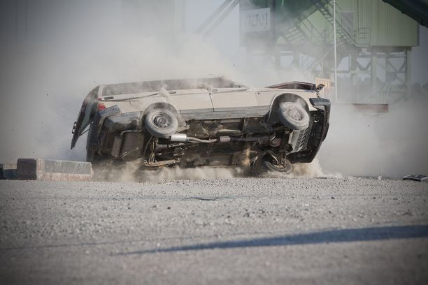 Taito ja tarkkuus saivat aikaan toivotun lopputuloksen. Volvo kieri ympäri päätyen katolleen.