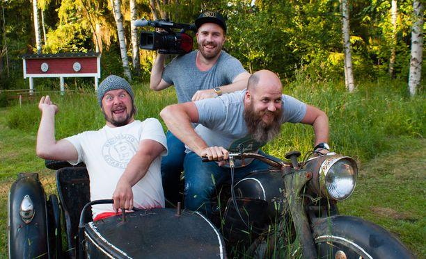 Janne Kataja tutustuu suomalaisten vieraanvaraisuuteen yhdessä kuvaaja Hannun ja äänimies Samin kanssa.