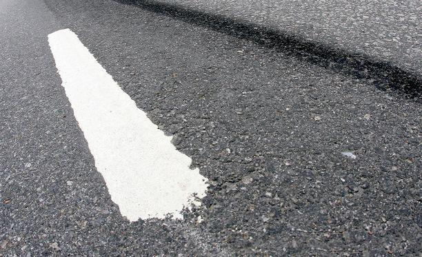 Onnettomuus tapahtui kapealla, mutkaisella tiellä. Kuvituskuva.