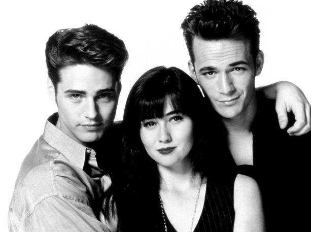 Ihastuitko sinä Jason Priestleyn esittämään Brandoniin (vasemmalla) vai Luke Perryn esittämään Dylaniin (oikealla)? Keskellä Brandonin kaksoissisko ja Dylanin tyttöystävä Brenda (Shannen Doherty).
