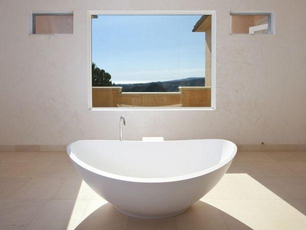 Kylpyammeessakin voi kylpeä auringon valossa ja ihailla komeita maisemia.