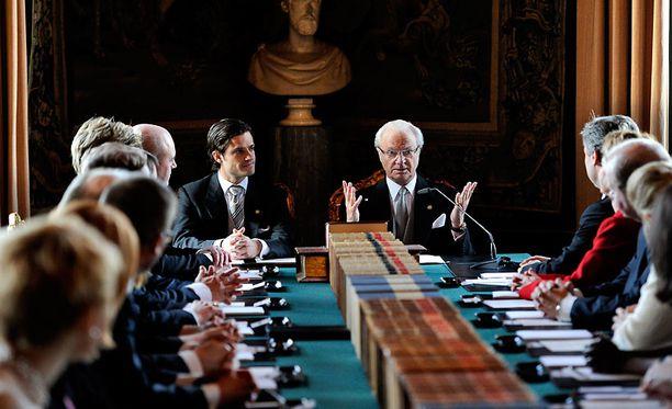 Kuningas Kaarle XVI Kustaa julkisti pikkuprinsessan nimet perjantaina. Valtioneuvoston istunnnossa olivat läsnä myös muun muassa prinssi Carl Philip ja pääministeri Fredrik Reinfeldt.