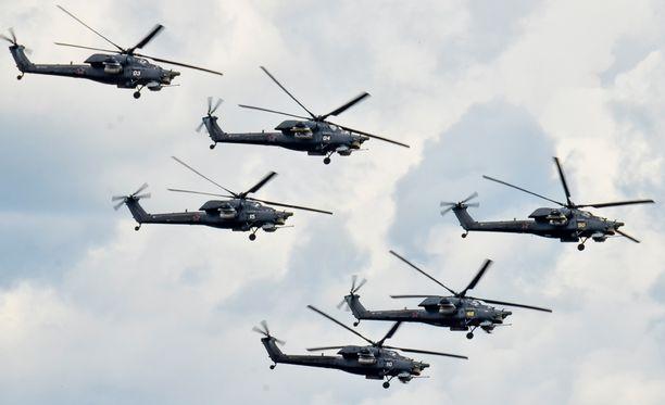 Sotilashelikopterit lensivät sunnuntaina Dubrovichissa Venäjällä, kun yksi niistä syöksyi maahan.