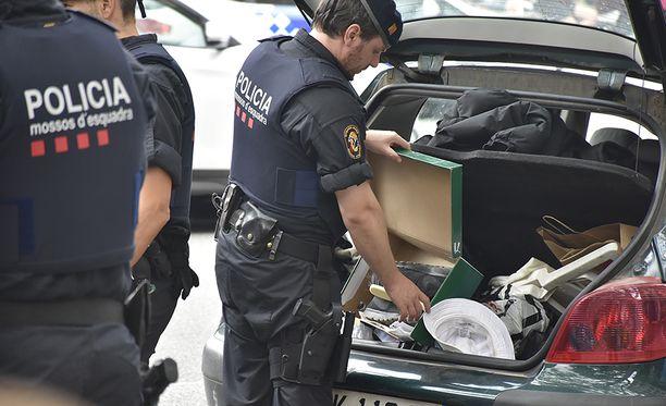 Poliisi tutki Ranskan rekisterissä olevan Peugeotin.