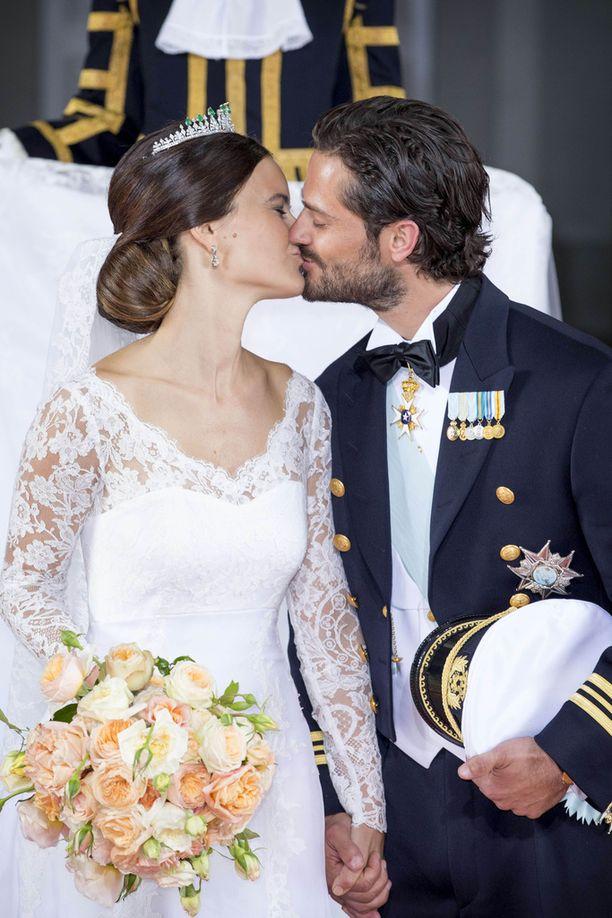 Sofia ja Carl Philip intoutuivat suutelemaan moneen otteeseen hääpäivänään.
