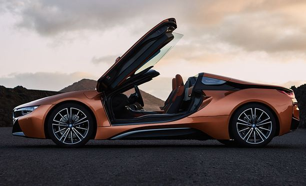 Avokattoinen BMW i8 Roadster kiihtyy nollasta sataan 4,6 sekunnissa.