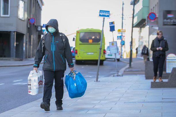 Oslossakin hamstrataan ruokaa. Koronavirus on levinnyt maassa nopeasti, mutta kuolleisuus on pysynyt alhaisena.
