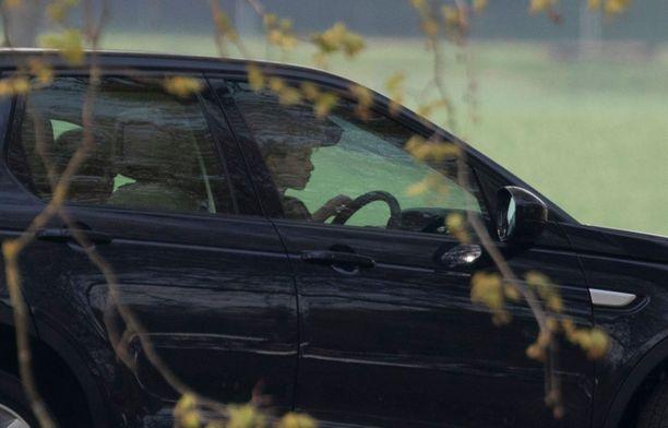 Prinssi Edwardin poika ajoi hitaasti ja pysyi hienosti kaistalla.