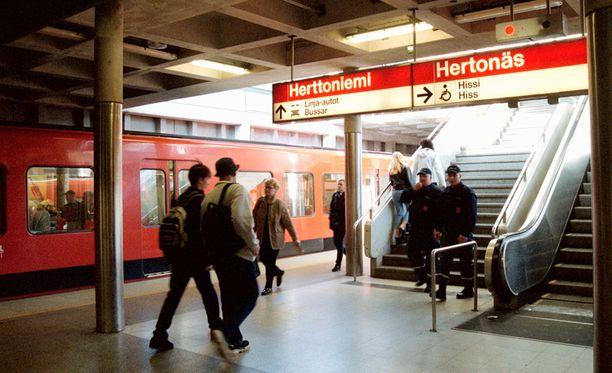 Sivuluisuun joutunut bussi lähti liikkeelle Herttoniemen metroasemalta.