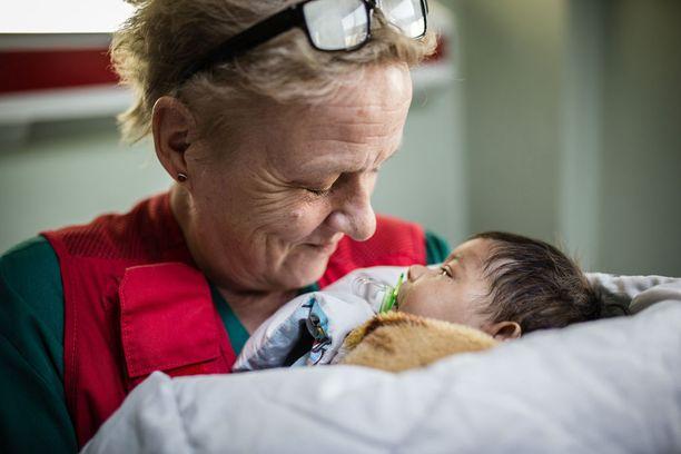 Sairaanhoitaja Kati Partanen haluaa pidellä Mosulista pelastettua kahden kuukauden ikäistä vauvaa sylissään joka päivä.