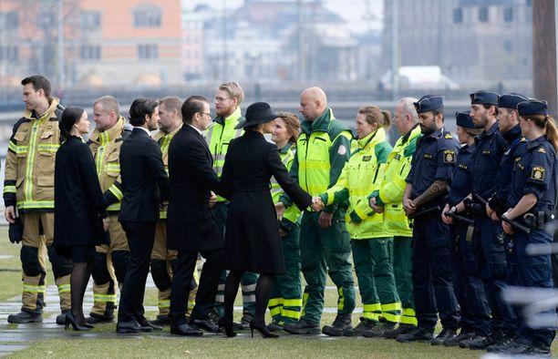 Kuninkaallisen perheen jäsenet kättelivät tapahtumapaikalla toiminutta pelastushenkilökuntaa.
