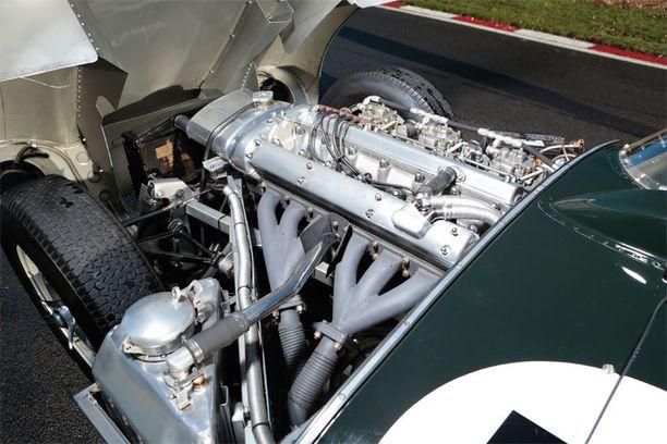 D-Typeen on vaihdettu muutama vuosi sen valmistumisen jälkeen tehokkaampi 3,8 litran moottori.