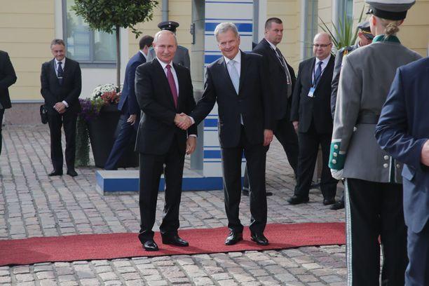 Niinistö ja Putin kättelivät punaisella matolla.