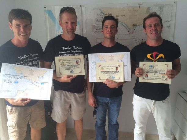 Tuomas Kaario (toinen vasemmalta) ylitti lauantaina Gibraltarinsalmen uimalla. Hän ui salmen yli yhdessä kolmen muun uimarin kanssa.