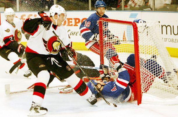 Ottawa ja Dany Heatley varmistivat Itäisen lohkon ykkössijan 5-1-voitolla kuvassa kiekon virkaa tekevän Jed Ortmeyerin New York Rangersista.