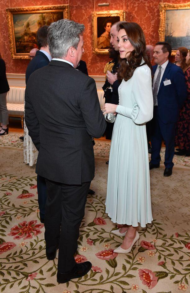 Herttuatar Catherine uppoutuneena keskusteluun.
