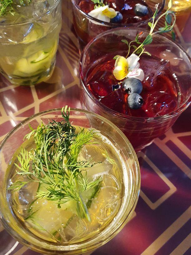 Mummonkurkut ja mustikka cocktailissa. Tarjolla on samasta juomasta cocktaileja, vähän alkoholia sisältäviä cocktaileja ja alkoholittomia mocktaileja.