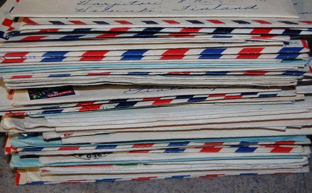 Siististi säilytettyjä kirjeitä on yli 70, ja kortteja vieläkin enemmän.