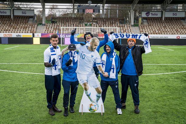 Spekti (vas.), Voli, Petri Nygård, Pyhimys ja Heikki Kuula ovat futisäijiä.