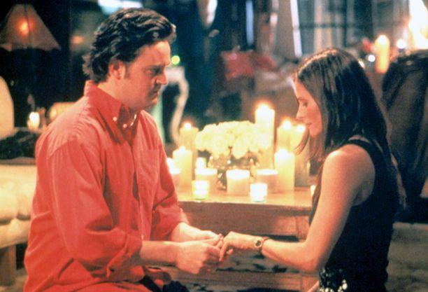 Chandler ja Monica kihlautuivat Frendien kuudennella tuotantokaudella.