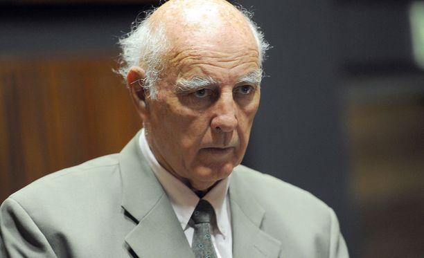 Bob Hewitt sai vankilatuomion seksuaalirikoksista.