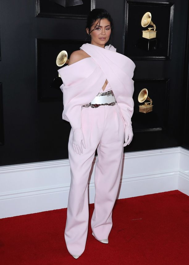 Kylie Jenner in Balmain-asu erosi täysin tähdellä yleensä nähdyistä mekoista.