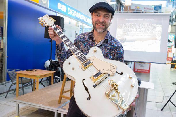 Taksinkuljettajan mukaan Kari Tapion viimeiset hetket tulivat mieleen viikonloppuna järjestetyn huutokaupan jälkeen. Joona Jalkanen esitteli huutokaupassa myytyä Gretsch-kitaraa.
