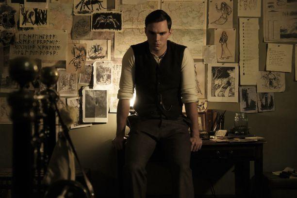Nicholas Hoult tekee pätevää työtä nuoren Tolkienin roolissa.