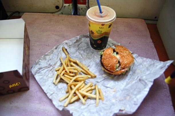 Lukijan lähettämä kuva ABC-liikenneasemalta ostetusta isosta kerrosateriasta. – Luulin tätävitsiksi. Ranskalaisia oli pikkulapsenkourallisen verran ja hampurilaissämpylä halki. Hintaa aterialla oli lähemmäs 10 euroa, lukija kertoo.