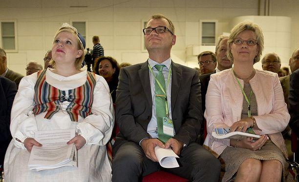 Nykyinen perhe- ja peruspalveluministeri Annika Saarikko on totuttu näkemään kansallispuvussa keskustan puoluekokouksissa. Vuonna 2014 Turun puoluekokouksessa Saarikon vieressä istuivat puheenjohtaja Juha Sipilä sekä tämän vaimo Minna-Maaria Sipilä.