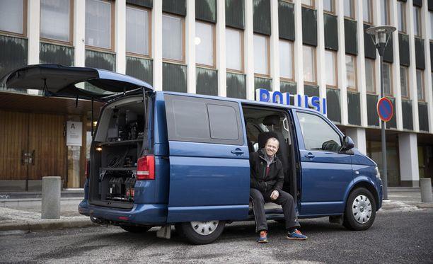 Liikuteltavat kamera-autot ovat usein VW Transportereita. Kuvassa on Porin poliisin uusi volkkari varusteineen sekä vanhempi konstaapeli Petri Honkasalo.
