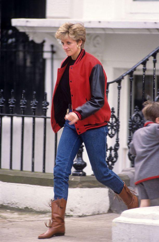 Diana suosi klassisen sinistä farkkua.