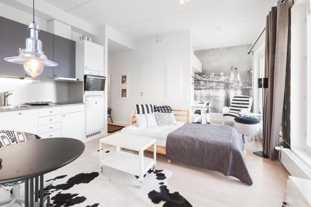 Divaanihenkinen sänky hoitaa myös sohvan virkaa.