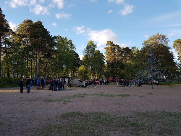 Koulunpäättäjäiset Kotkassa. Uimarannalle odotetaan iltamyöhään mennessä muutamaa sataa nuorta.