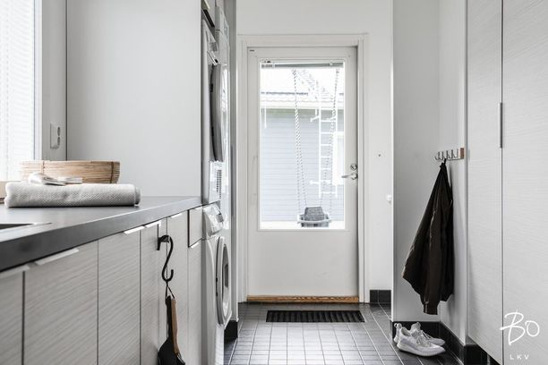 Myös tässä kodissa on kodinhoitohuoneen yhteydessä erillinen sisäänkäynti. Kaappitilaa on reilusti.