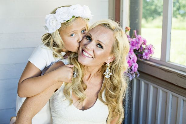 Kuvassa Veera Selänne antaa suukon äidilleen.