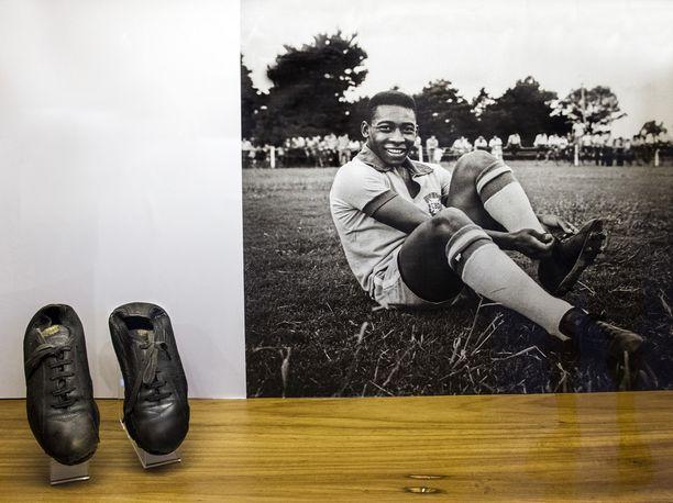 Pojasta, jonka kodilla ei ollut varaa oikeisiin jalkapallokenkiin, tuli rikas kenkäsopimuksen ansiosta. Puma hyödynsi alkanutta tv:n aikakautta, lajin globaalia markkinaa lajin suurimman tähden avulla. Sopimukseen kuului, että Pelen piti sitoa ennen ottelua kengännauhat stadionilla.