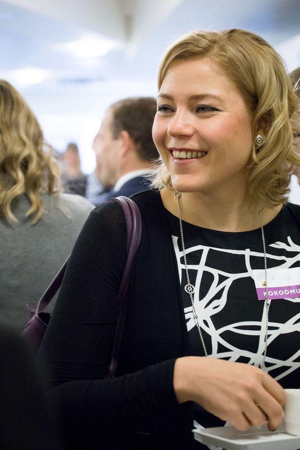 Kokoomusmeppi Henna Virkkunen moittii osaa europarlamentaarikoista erikoisista perusteluista kellojen siirtelyn säilyttämiseksi.