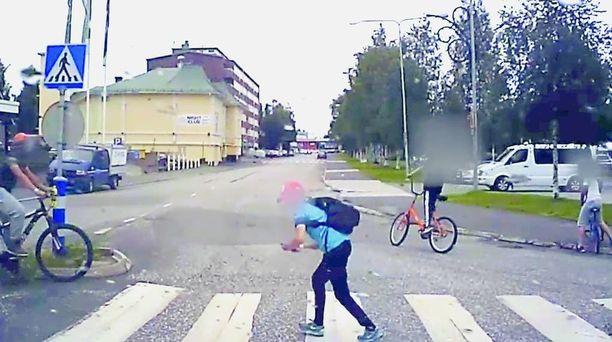 Torniossa koulupoika juoksi suoraan pyörän kyydistä auton eteen Pokémon Go -pelin takia.