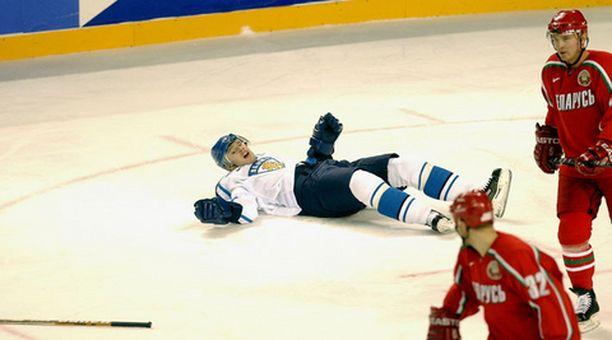 POIKKEUS. Jarkko Ruutu yhteentörmäyksen jälkeen Salt Lake Cityn kisojen Valko-Venäjä -ottelussa. Suomi kuitenkin rullasi Valko-Venäjän yli 8-1. Ruotsilla ei käynyt yhtä hyvin.