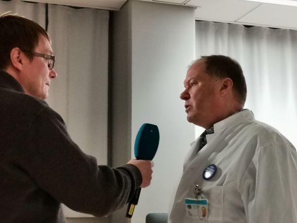 Infektioylilääkäri Markku Broas antamassa haastattelua koronaan liittyen viime viikolla.