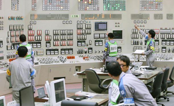Sendain ydinvoimalan työntekijöitä valmistautumassa reaktorin käynnistämiseen.