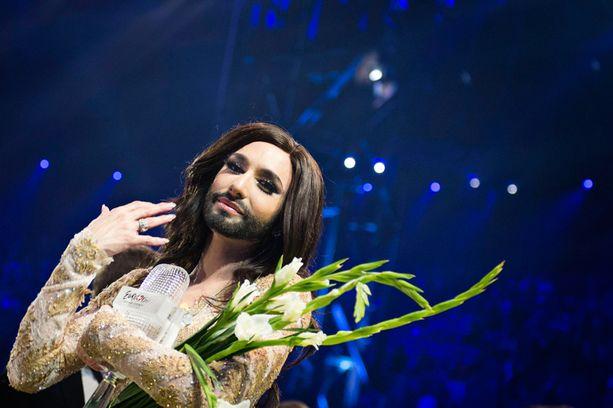 Euroviisuissa Wurstin kasvoja koristi parta ja niitä ympäröivät paksut hiukset.