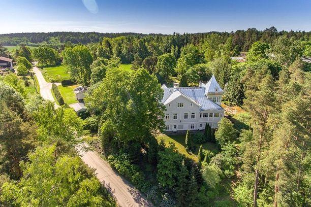 Yksi katsotuimmista asunnoista oli tämä yli 100-vuotias talokaunotar Piikkiössä. Myynti-ilmoituksen mukaan kiinteistö on aikanaan kuulunut Joensuun kartanotilaan, jonka historia ulottuu 1500-luvulle asti.