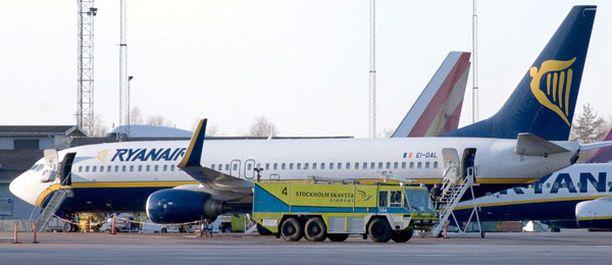 Pelastustyöntekijät olivat konetta vastassa Skavstan kentällä maanantaina iltapäivällä.