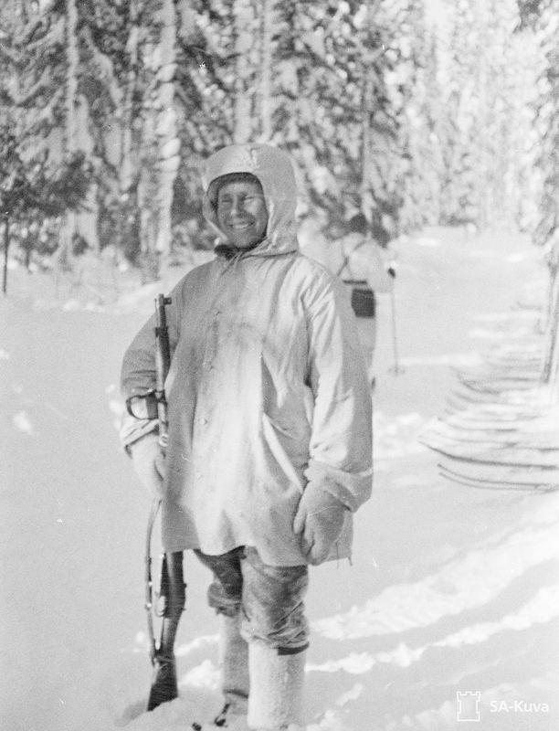 Tarkka-ampuja Simo Häyhä päätyi hahmoksi amerikkalaiskirjailijan novelliin. Kuvassa Häyhä on Loimolassa talvella 1940.