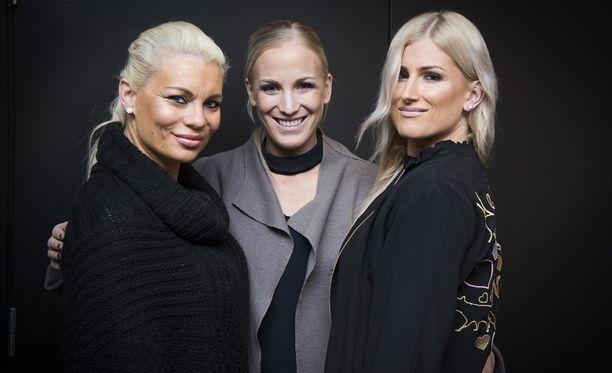 Nanna Karalahti kehuu välejään siskoihin Pirke Koskelaiseen(vas.) ja Karoliina Koivistoon lämpimiksi ja läheisiksi.
